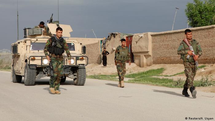 Afghanistan Angriff der Taliban auf eine Militärbasis in Masar-i-Scharif (Reuters/A. Usyan)
