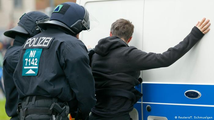 Deutschland Bundesparteitag der AfD in Köln Proteste (Reuters/T. Schmuelgen)