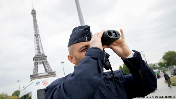 Polizist am Eiffelturm in Paris (Archivbild) (picture alliance/dpa/K. Nietfeld)