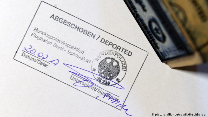 Abschiebung von Ausländern am Flughafen Berlin-Schönefeld Stempel abgeschoben