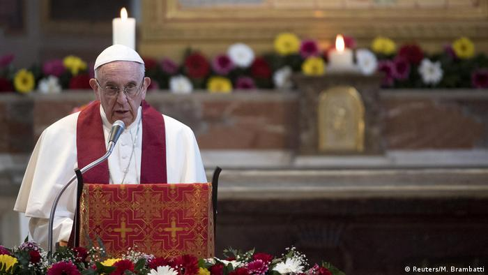 Papst Franziskus in der Kirche San Bartolomäus