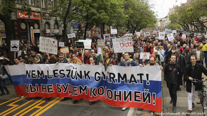 Ungarn Tausende demonstrieren in Budapest gegen Orbans
