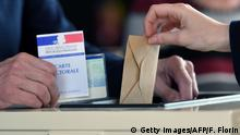 23.04.2017+++ A person cast his ballot at a polling station in Strasbourg, northeastern France, on April 23, 2017, during the first round of the Presidential elections. / AFP PHOTO / Frederick FLORIN (Photo credit should read FREDERICK FLORIN/AFP/Getty Images)