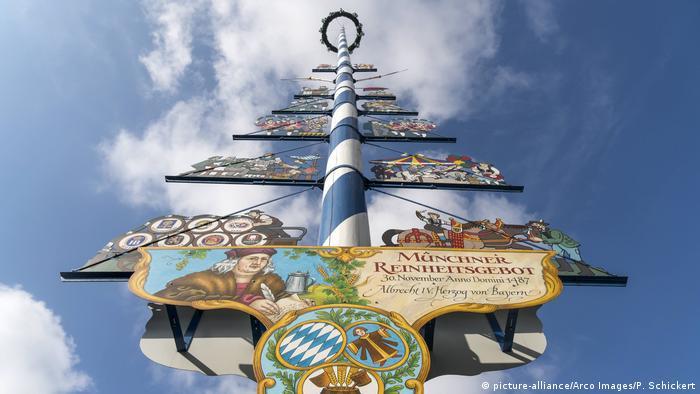 Deutschland Maibaum in München (picture-alliance/Arco Images/P. Schickert)