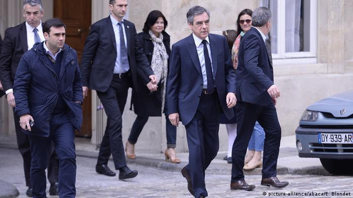 Frankreich - Präsidentschaftswahl: Francois Fillon auf dem Weg seine Stimme abzugeben (picture-alliance/abaca/E. Blondet)