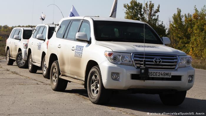 автомобили миссии ОБСЕ в Донбассе в районе Луганска