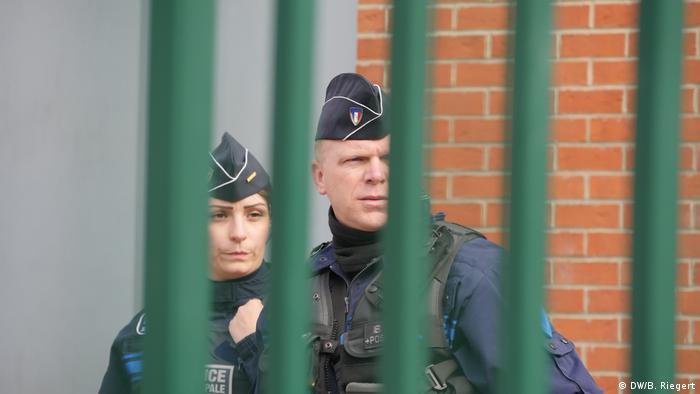 Frankreich - Präsidentschaftswahl: Zwei Polizisten sichern Wahllokal (DW/B. Riegert)