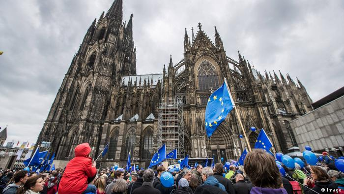 Roncalli Platz Köln Pulse of Europe (Imago)