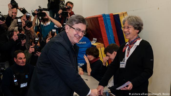Frankreich - Präsidentschaftswahl: Jean-Luc Melenchon bei Stimmabgabe (picture-alliance/abaca/S. Boivin)