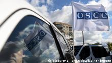 ARCHIV- Eine OSZE-Flagge weht am 15.09.2016 am OSZE-Patrol Hub in Kramotorsk (Ukraine) an einem Fahrzeug. (Zu dpa OSZE-Beobachter in Ostukraine bei Minenexplosion getötet) Foto: Rainer Jensen/dpa +++(c) dpa - Bildfunk+++ | Verwendung weltweit