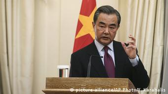 Griechenland Athen - Außenminister Wang Yi bei Pressekonferenz (picture-alliance/AP Photo/Y. Karahalis)