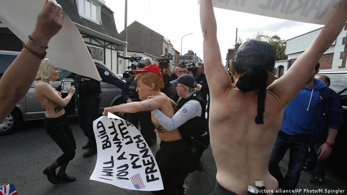 Полиция задерживает активисток Femen