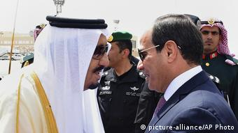 Egyptian President Abdel-Fattah el-Sissi, right, is greeted by Saudi King Salman (picture-alliance/AP Photo)