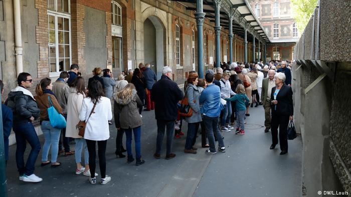 Очередь перед избирательным участком в 16-м округе Парижа