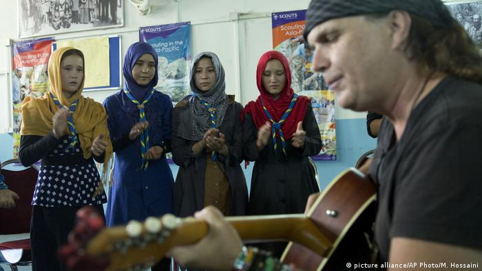 Gitarrenschule für Straßenkinder in Kabul (picture alliance/AP Photo/M. Hossaini)