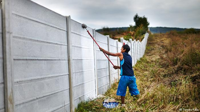 Slowakai Roma streicht die Grenzmauer von Ostrovany (DW/J. Tomes)