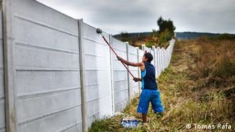 Slowakai Roma streicht die Grenzmauer von Ostrovany