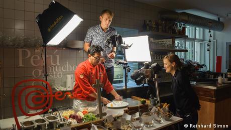 Stephanie Drescher und Uwe Schwarze beim Dreh für die Euromaxx-Serie '50 Küchen, eine Heimat' (Foto: Reinhard Simon)