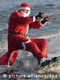 Weihnachtsmann auf Wakeboard. Quelle: dpa