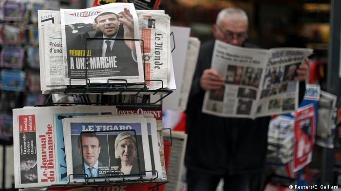 Koran-koran Prancis di pinggir jalan