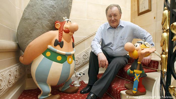 Albert Uderzo with Obelix and Asterix (picture-alliance/dpa/P. De Poulpiquet)