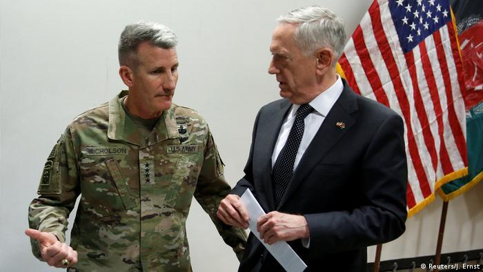 Comandante geral americano das forças da Otan, General John Nicholson, à esquerda, e secretário da Defesa dos EUA, Jamis Mattis, à direita