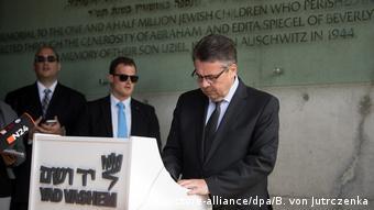 Sigmar Gabriel at the Israeli Yad Vashem memorial in April 2017