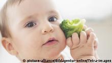 22.07.2014 +++ Baby (12-17 Monate) haelt Brokkoli, Baby girl (12-17 months) holding broccoli | Verwendung weltweit, Keine Weitergabe an Wiederverkäufer.