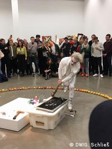 Applesauce in Paradise - performance art by Alexander Iskin (DW/G. Schliess)