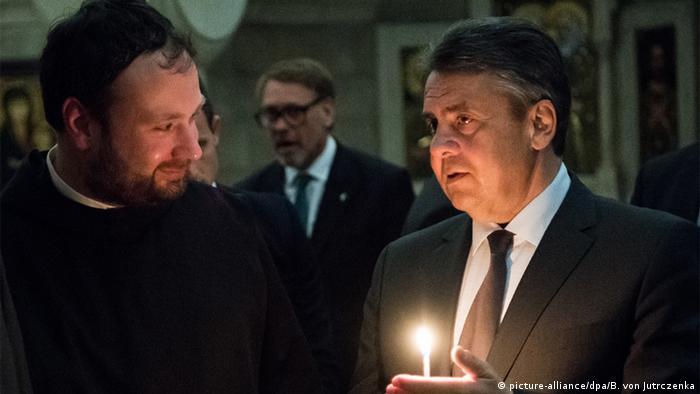 Sigmar Gabriel and Nikodemus Schnabel (picture-alliance/dpa/B. von Jutrczenka)