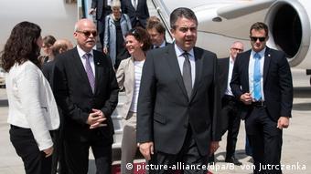 Bundesaußenminister Sigmar Gabriel am 24. April auf dem Flughafen in Tel Aviv (Foto: picture-alliance/dpa/B. von Jutrczenka)