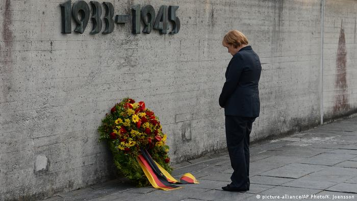 German Chancellor Angela Merkel attends a wreath laying ceremony during her visit to the concentration camp Dachau (picture-alliance/AP Photo/K. Joensson)