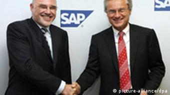 Leo Apotheker and Henning Kagermann shaking hands