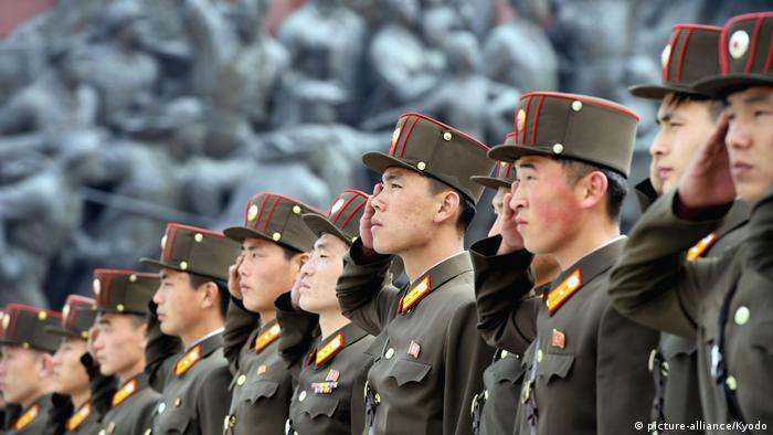 Nordkoreanische Soldaten in einer Reihe am Jahrestag der Volksarmee