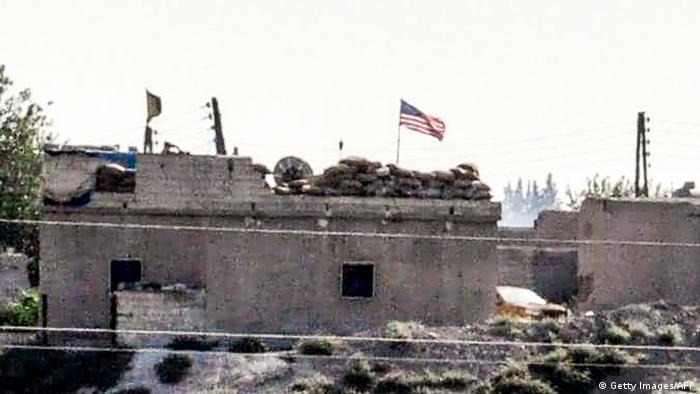 Syrien Türkei Grenze YPG Kämpfer mit amerikanischen Flaggen bei Tal-Abyad