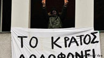Prosvjedna akcija demonstranata na balkonu grčkog konzulata u Berlinu