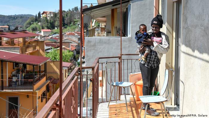 Italien Flüchtlinge in Kalabrien | Sant' Alessio, Frau mit Sohn (Getty Images/AFP/A. Solaro)