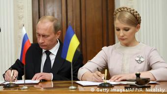 Юлия Тимошенко и Владимир Путин на подписании документов по газовому соглашению в 2009 году