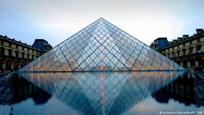 Frankreich Paris - Glaspyramide des Louvre-Museums