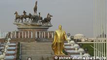 Vergoldete Statue des Turkmenbaschis im Park 10 Jahre unabhängiges Turkmenien in Aschchabad (Foto vom November 2005). In der einzigen Präsidentenwahl des unabhängigen Turkmenien ließ sich Turkmenbaschi, der mit bürgerlichem Namen Saparmurat Nijasow heißt, 1992 mit fabelhaften 99,5 Prozent als Staatsführer bestätigen und sich später gar auf Lebenszeit ernennen. Die Republik Turkmenien zählt zu den Ländern mit den größten Gas- und Ölvorkommen weltweit. Foto: Sebastian Fuchs (zu dpa Reportage: Im stalinistischen Disneyland: Leben unter dem Diktator Turkmenbaschi vom 27.12.2005) +++(c) dpa - Bildfunk+++ | Verwendung weltweit