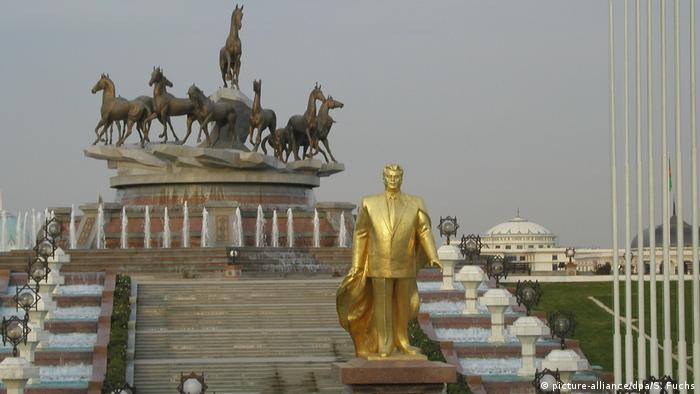 Turkmenistan Statue von Turkmenbaschi