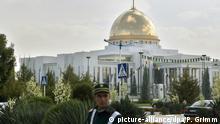 Der Palast des Präsidenten von Turkmenistan, Sapamurad Nijasow (genannt Turkmenbaschi), aufgenommen am Donnerstag (02.11.2006) in der turkmenischen Hauptstadt Aschchabad. Foto: Peer Grimm +++(c) dpa - Report+++ | Verwendung weltweit