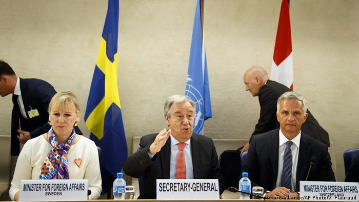 UN-Generalsekretär Guterres mit den Außenministern Schwedens und der Schweiz, Margot Wallstrom und Didier Burkhalter (Foto: picture-alliance/AP Photo/V. Flauraud)