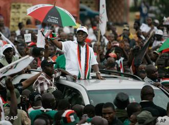 Ghanas Oppositionsführer John Atta Mills beim Wahlkampf in Tema (Quelle : AP)