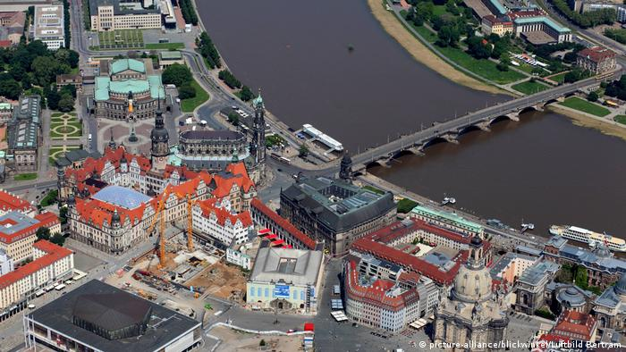 Altstadt mit Frauenkirche, Kulturpalast, Hofkirche, Semperoper, rechts Augustusbrücke, old town, Frauenkirche; Palace of Culture, Hofkirche, Semperoper and Augustusbruecke (picture-alliance/blickwinkel/Luftbild Bertram)