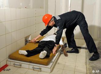 Sachverständiger präpariert eine Schaumstoffmatraze (Foto: AP)