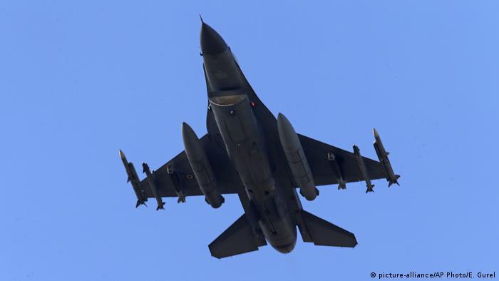 Kriegsflugzeug der türkischen Luftwaffe (picture-alliance/AP Photo/E. Gurel)