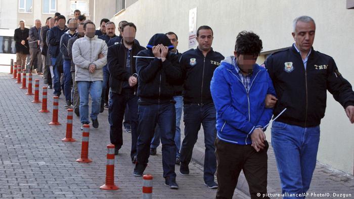 Türkei Festnahmen von mehr als tausend Gülen Anhängern NEU (picture-alliance/AP Photo/O. Duzgun)