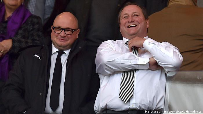 Großbritannien Fußball, Newcastle United | Mike Ashley & Lee Charnley (picture-alliance/empics/O. Humphreys)
