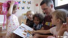A man reads aloud to children (Imago )